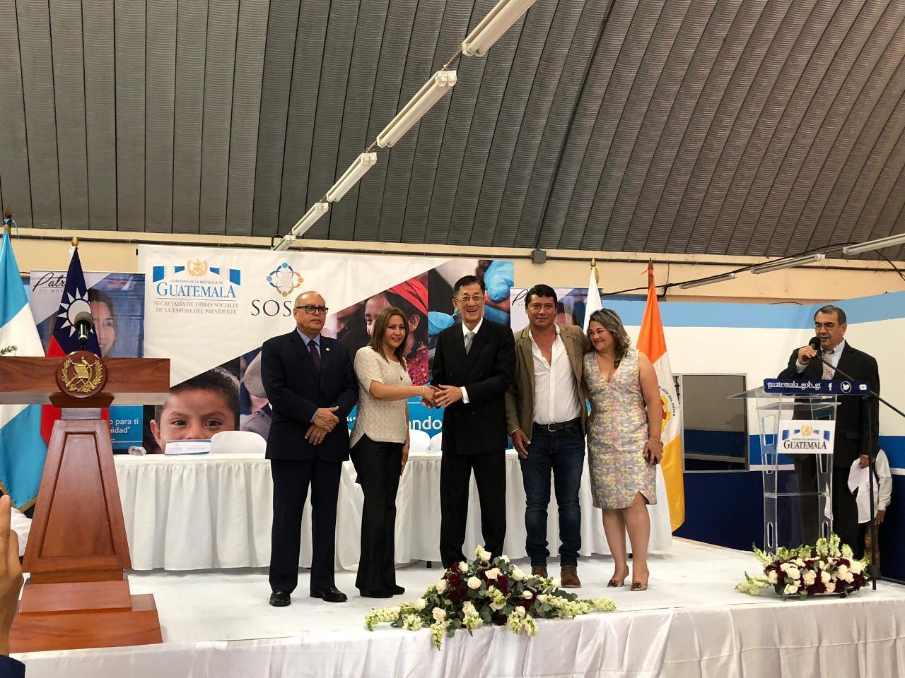 瓜地馬拉第一夫人與我駐瓜地馬拉大使賴建中共同主持50場醫療義診開幕
