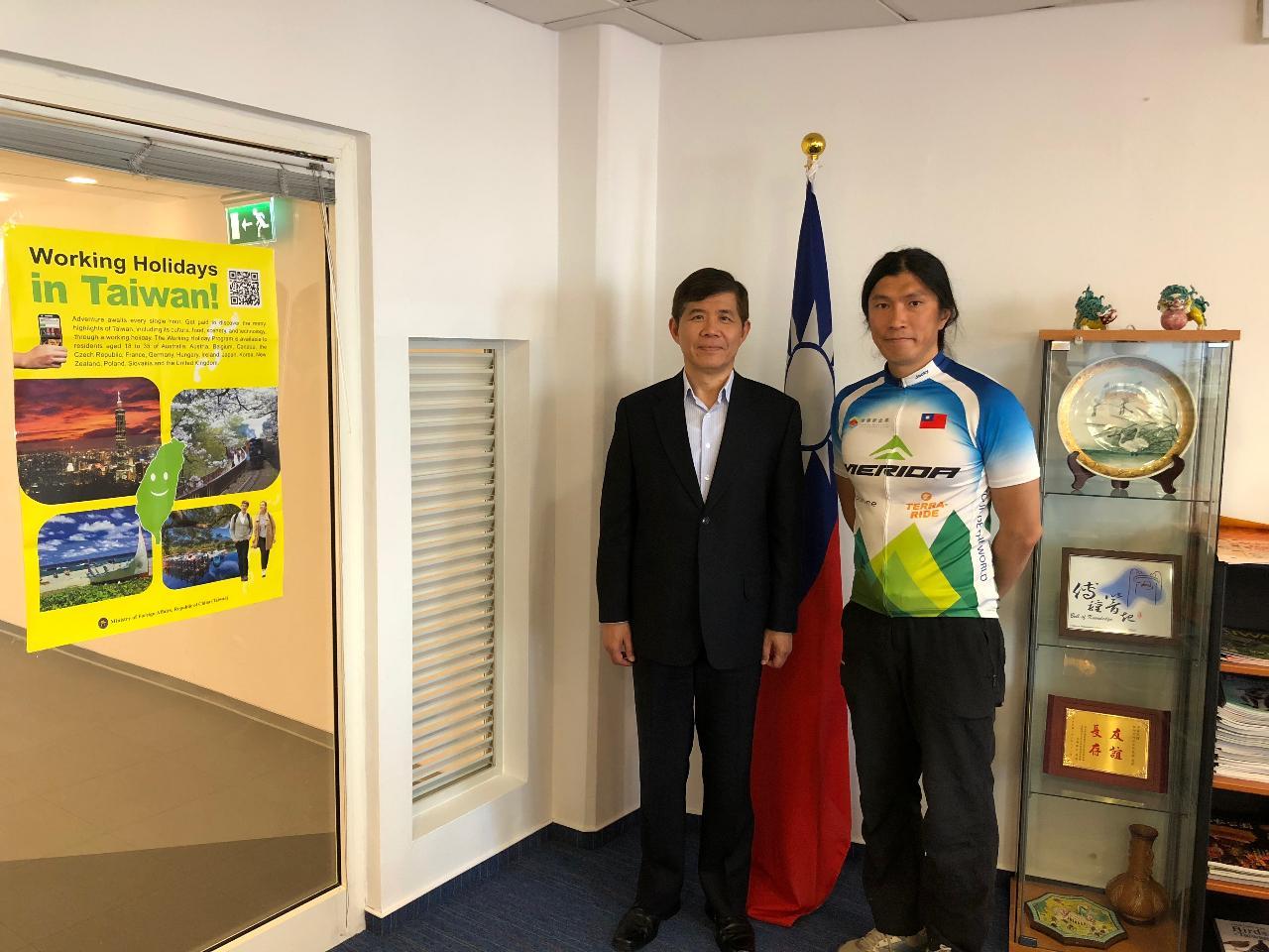 陳峻永鐵騎行天下,駐匈牙利代表處大使張雲屏說:「台灣以你為榮」